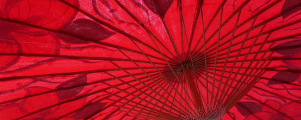 Sonnenschirm asiatisch rot_Hitze schwitzen